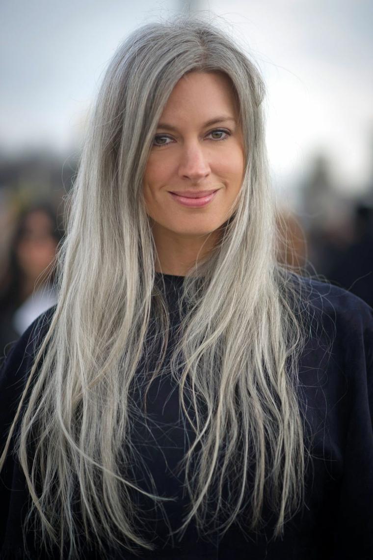 Donna con capelli lunghi, colore capelli 2019, colorazione di grigio chiaro