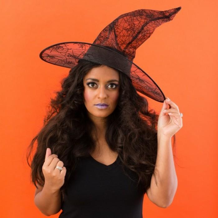 Vestiti di Halloween, ragazza travestita da strega, capello trasparente da strega