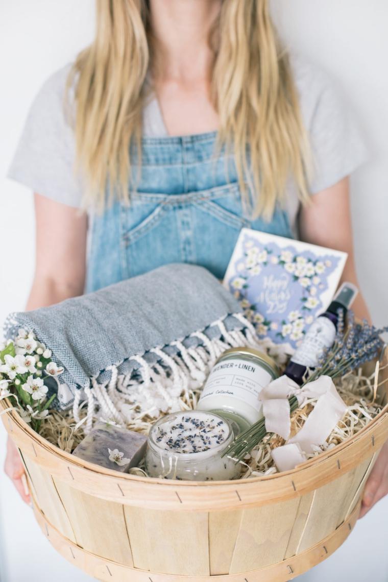 Fiori di lavanda, cesto con creme, idee regalo festa della mamma economiche