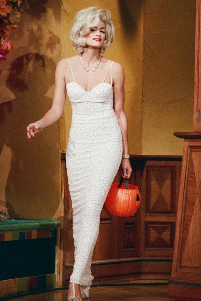 Costumi facili per Halloween, Cindy Crawford con vesito bianco e capelli biondi