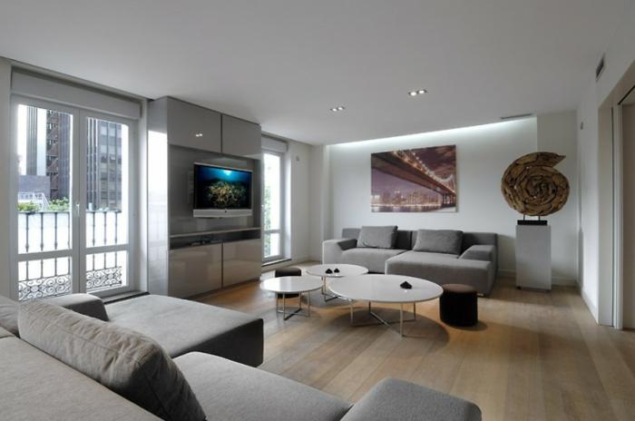 Idee per interni casa, salotto con due divani, mobile tv grigio lucido