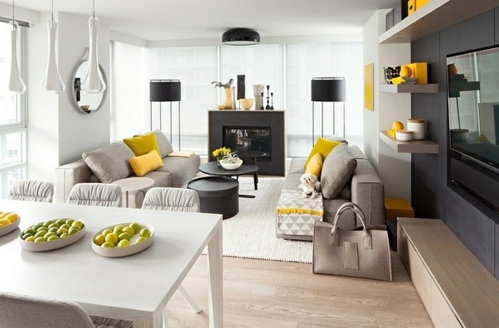 Arredare salotto piccolo, divani di tessuto grigio, decorazione con cuscini gialli