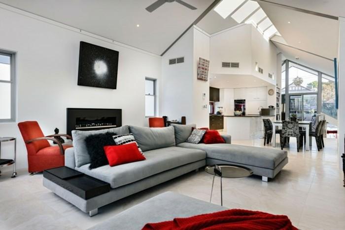Come arredare il soggiorno, divano con cuscini rossi, soffitto in pendenza