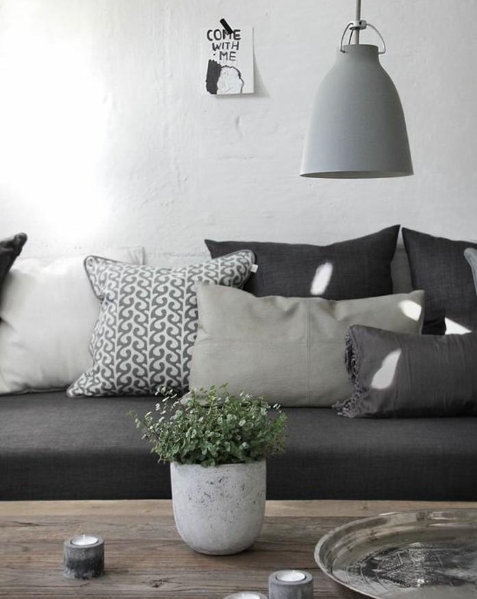 Arredare salotto piccolo, divano grigio con cuscini, tavolino basso di legno