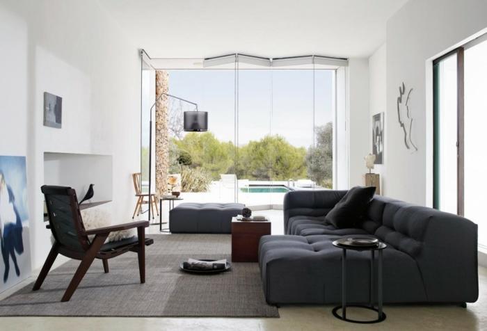 Mobili soggiorno moderni, divano in tessuto, parete bianca con nicchia