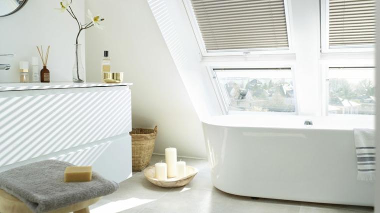 Mobili da bagno, bagno nel sottotetto, mobile bianco lucido, vasca da bagno freestanding