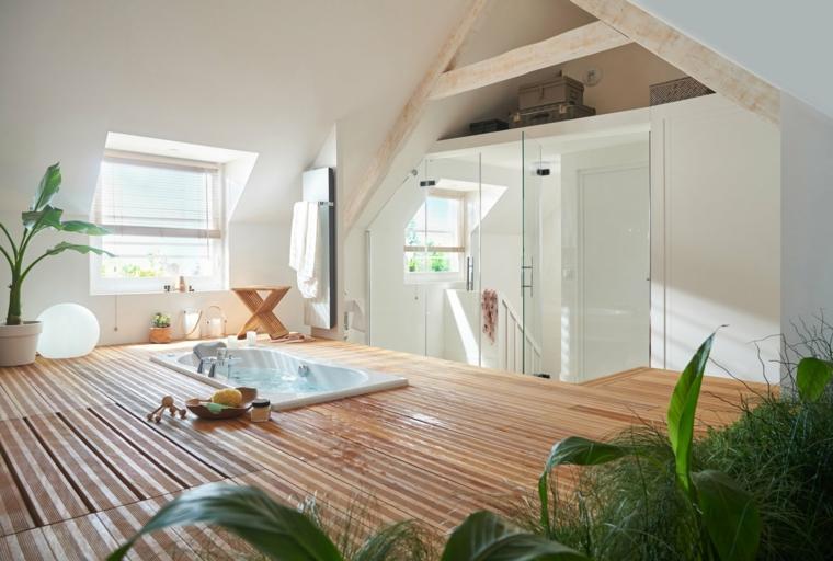 Arredare mansarda con vasca, vasca da bagno, mansarda con pavimento in legno