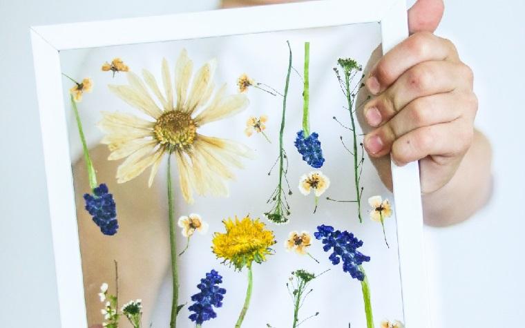 Regalo per la festa della mamma, cornice con fiori, fiori colorati sotto un vetro