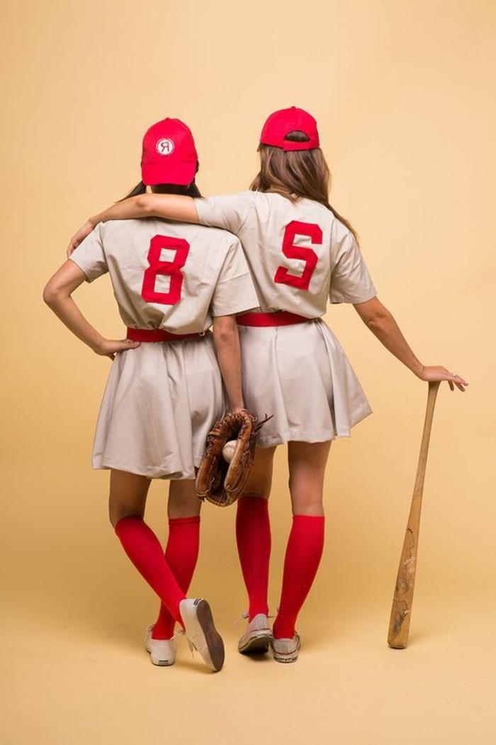 Travestimenti halloween, due ragazze con tuta da baseball, cappelli di colore rosso
