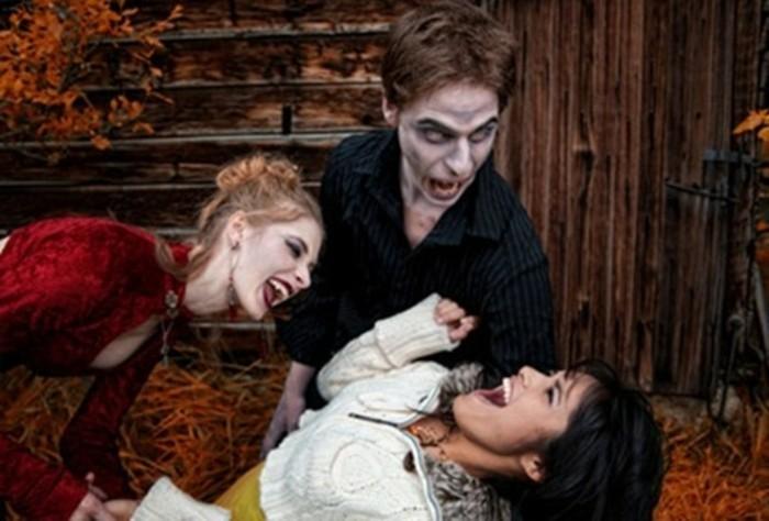 Costumi halloween adulti, uomo e donna travestiti da vampiri, ragazza con capelli neri