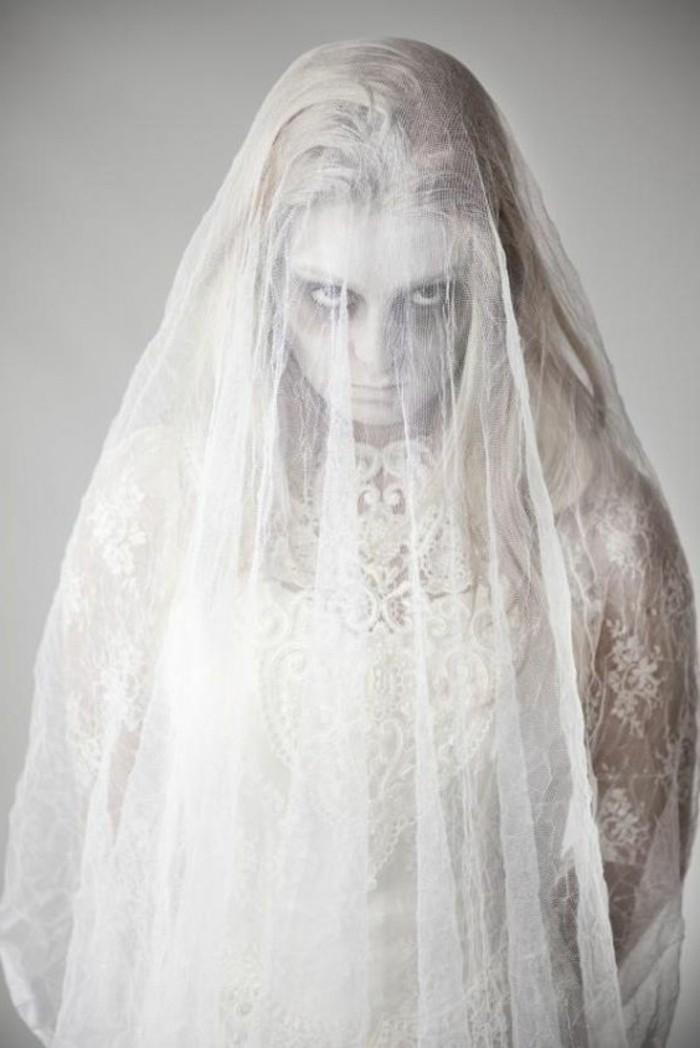 Travestimenti halloween, donna travestita da zombi sposa