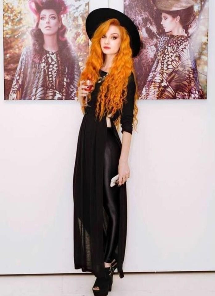 Idee vestiti halloween ragazza, abito nero lungo, ragazza con capelli arancioni