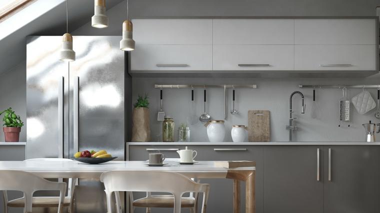 Arredamento per mansarde, cucina di colore grigio, tavolo di pranzo, frigo di colore grigio
