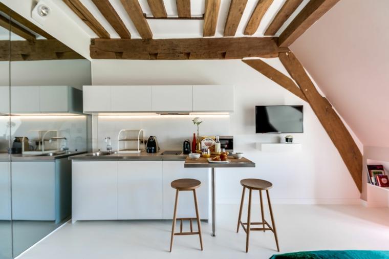 Soffitto con travi di legno, cucina in mansarda, cucina con isola laterale, sgabelli alti di legno