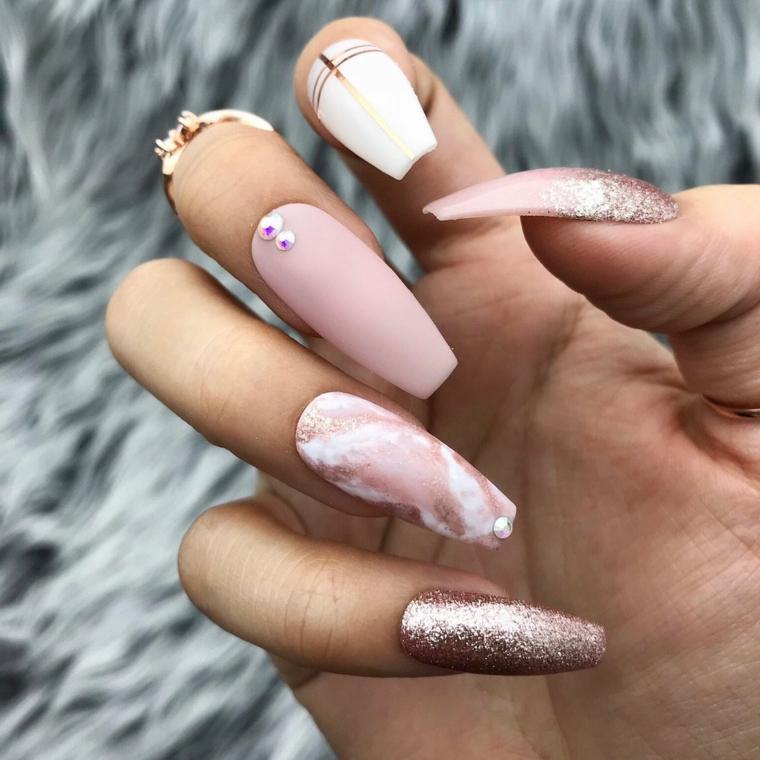 Smalto rosa cipria, unghie decorate con brillantini, unghie forma squadrata