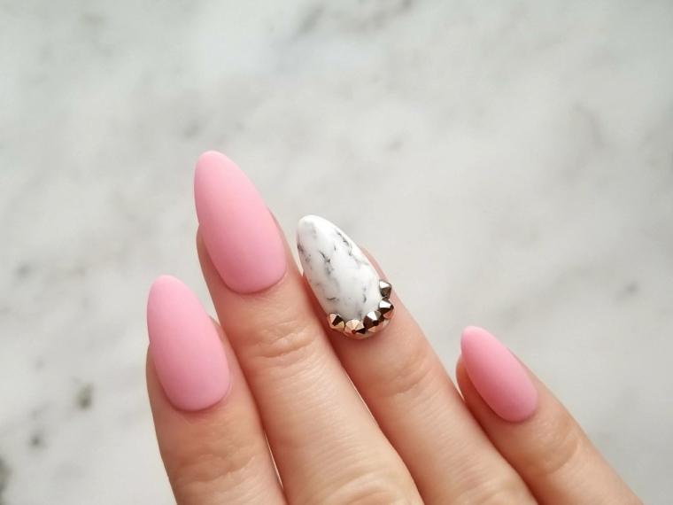 Nail art rosa stilizzata, unghie con smalto rosa, unghia anulare con brillantini