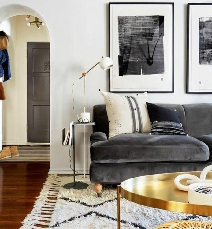 Colori per pareti soggiorno, decorazione con quadri, divano di tessuto
