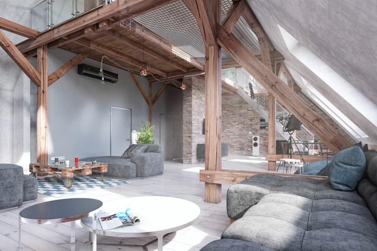 Come arredare una mansarda, mansarda con travi di legno, salotto con divano grigio