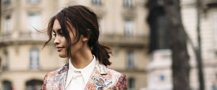 Capelli long bob legati, capelli di colore castano, abbigliamento con camicia bianca