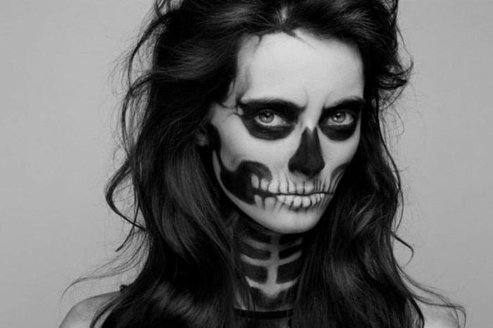 Ragazza truccata come scheletro, trucco come scheletro, ragazza con capelli mossi