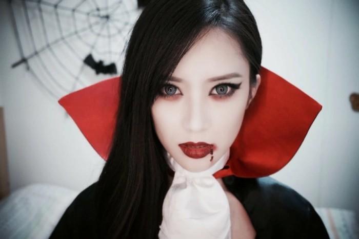 Idee vestiti halloween ragazza, ragazza travestita da vampiro, rossetto rosso con schizzi di sangue