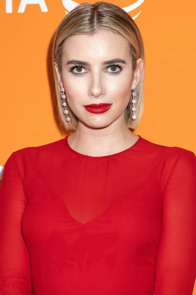 Tendenze capelli 2019, acconciatura con taglio a caschetto, colorazione di biondo, camicia rossa trasparente