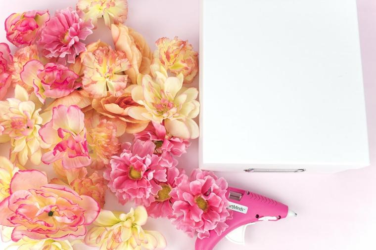 Idee festa della mamma, fiori colorati finti, pistola colla a caldo, scatola di colore bianco