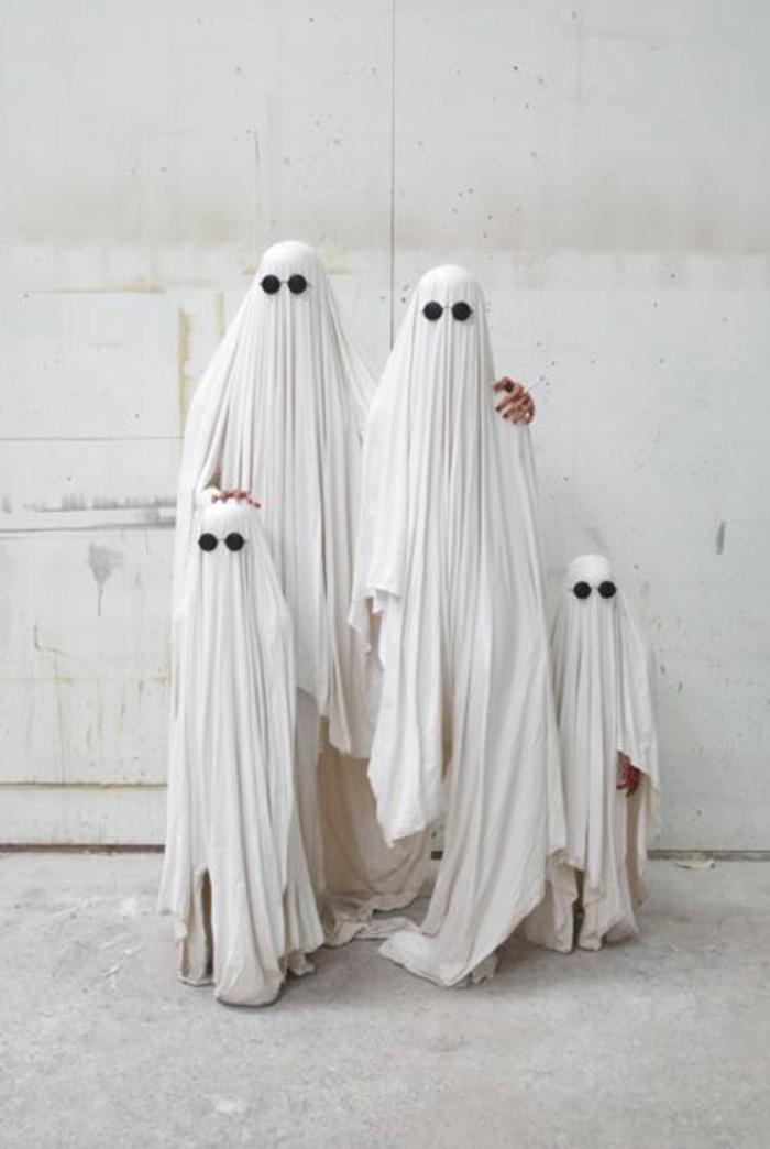 Famiglia di fantasmi, travestimento con lenzuola, vestiti di Halloween fai da te