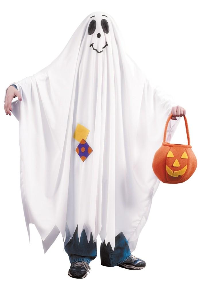 Costumi facili per halloween, uomo vestito da fantasma, lenzuolo bianco disegnato