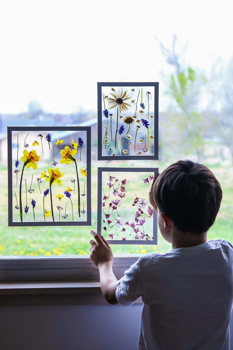 Bambino sulla finestra, idee regalo mamma, fiori essiccati in cornici