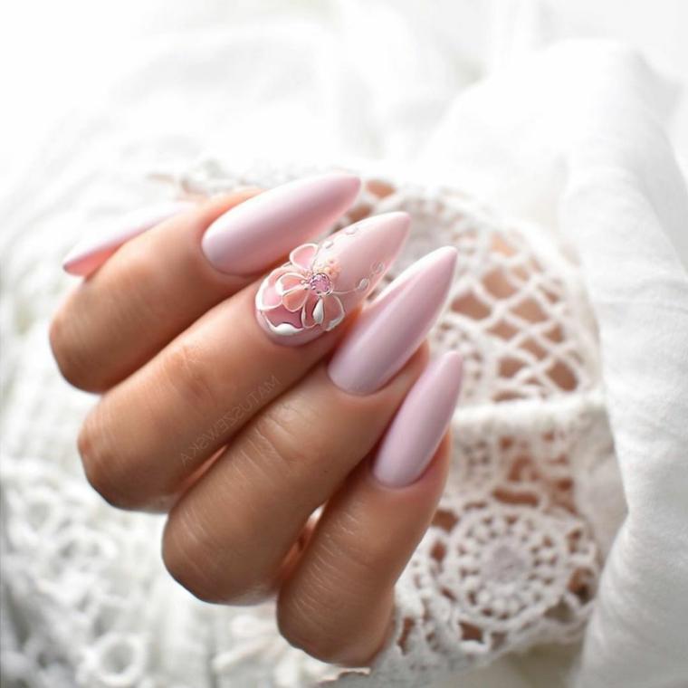 Manicure stiletto lungo, unghie decorate, smalto rosa chiaro, decorazioni con fiori