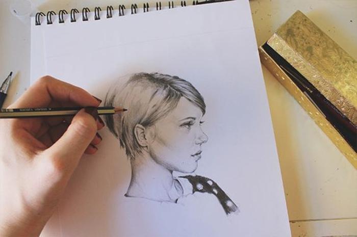 Disegni di ragazze a matita, quaderno ad anelli, disegno di una donna