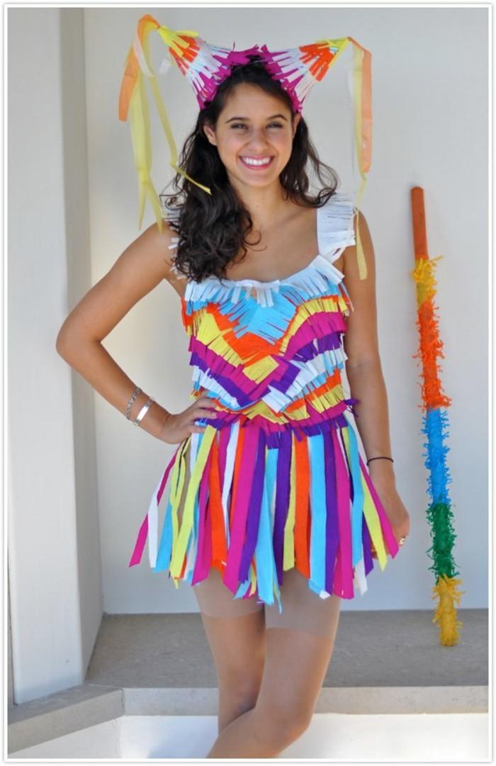 Gonna di carta colorata, ragazza travestita per halloween, cappellini di carta colorati