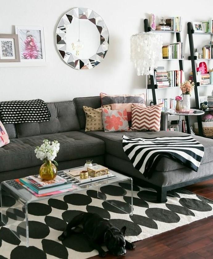 Come arredare il soggiorno, divano decorato con cuscini, tavolino di vetro plastificato
