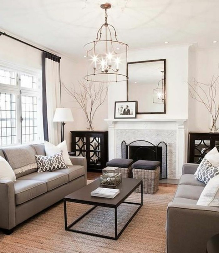 Colori per pareti soggiorno, arredo con due divani, rivestimento camino in marmo