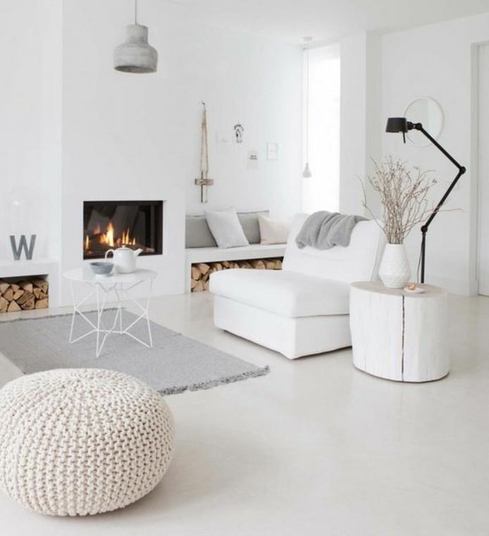 Camino a legna moderno, mobili soggiorno moderni, tappeto di colore grigio