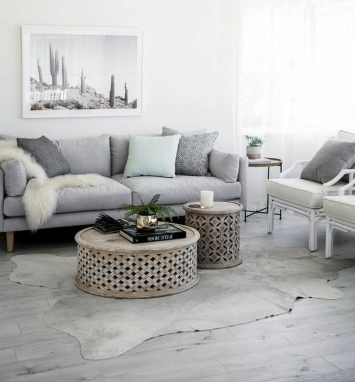 Come arredare il soggiorno, divano a due posti, due tavolino di rattan