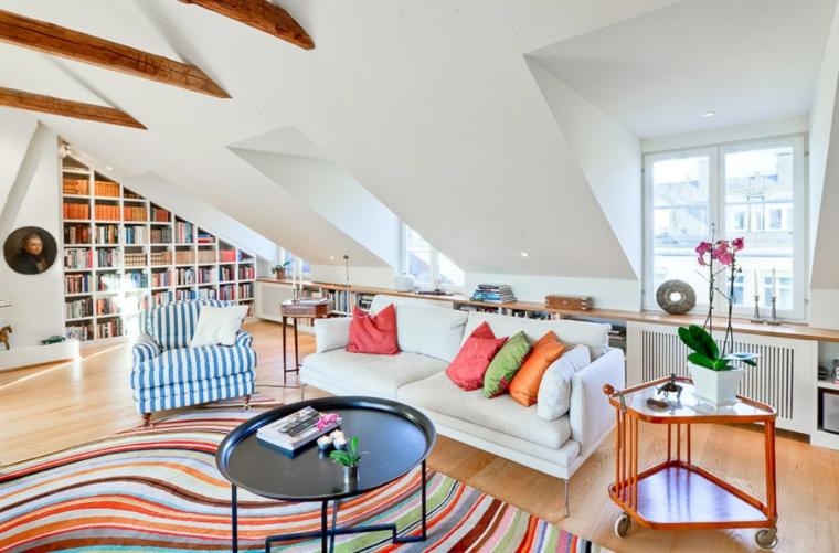 Arredamento per mansarde, mansarda con salotto, decorazione con cuscini colorati