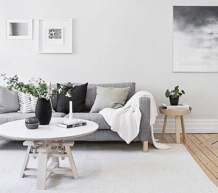 Colori pareti soggiorno, tavolino rotondo di legno, vaso di fiori freschi