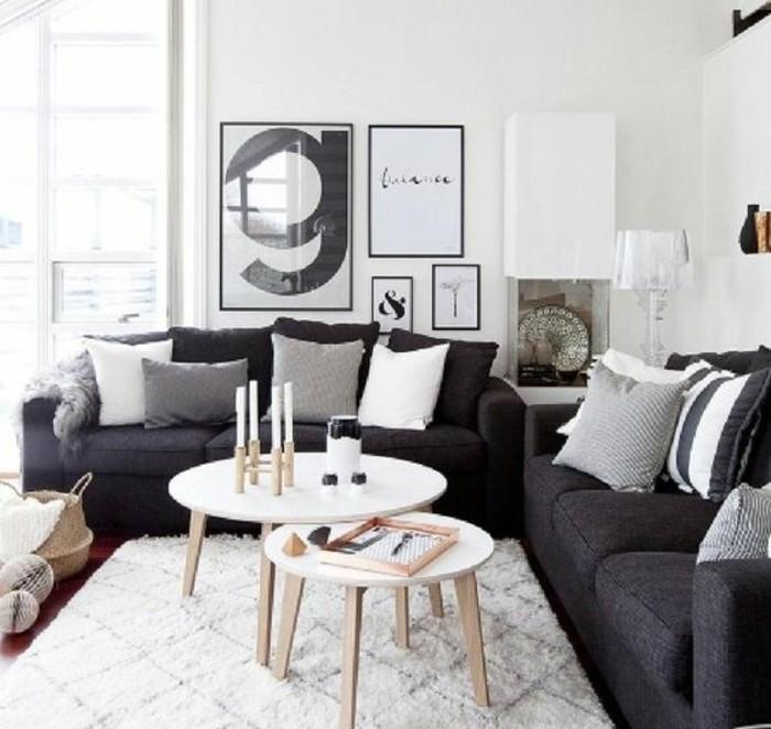 Arredare salotto piccolo, salotto con due divani, tavolino rotondi di legno