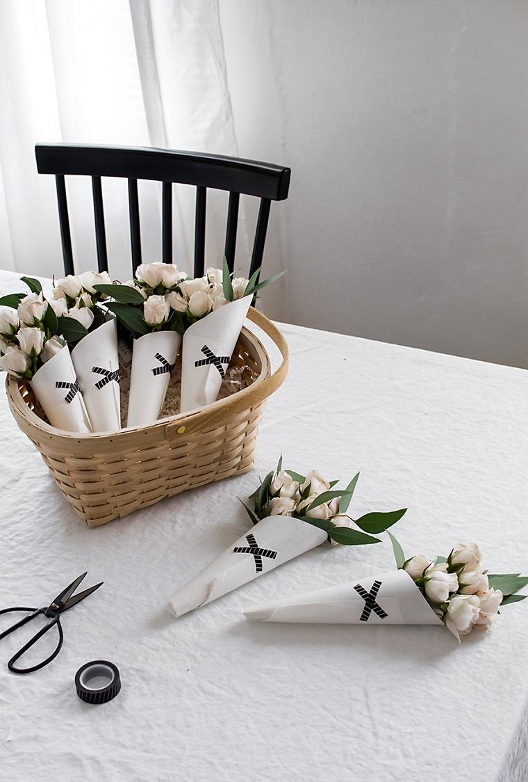 Regalo per la festa della mamma, cesto di legno con fiori, bouquet di fiori freschi
