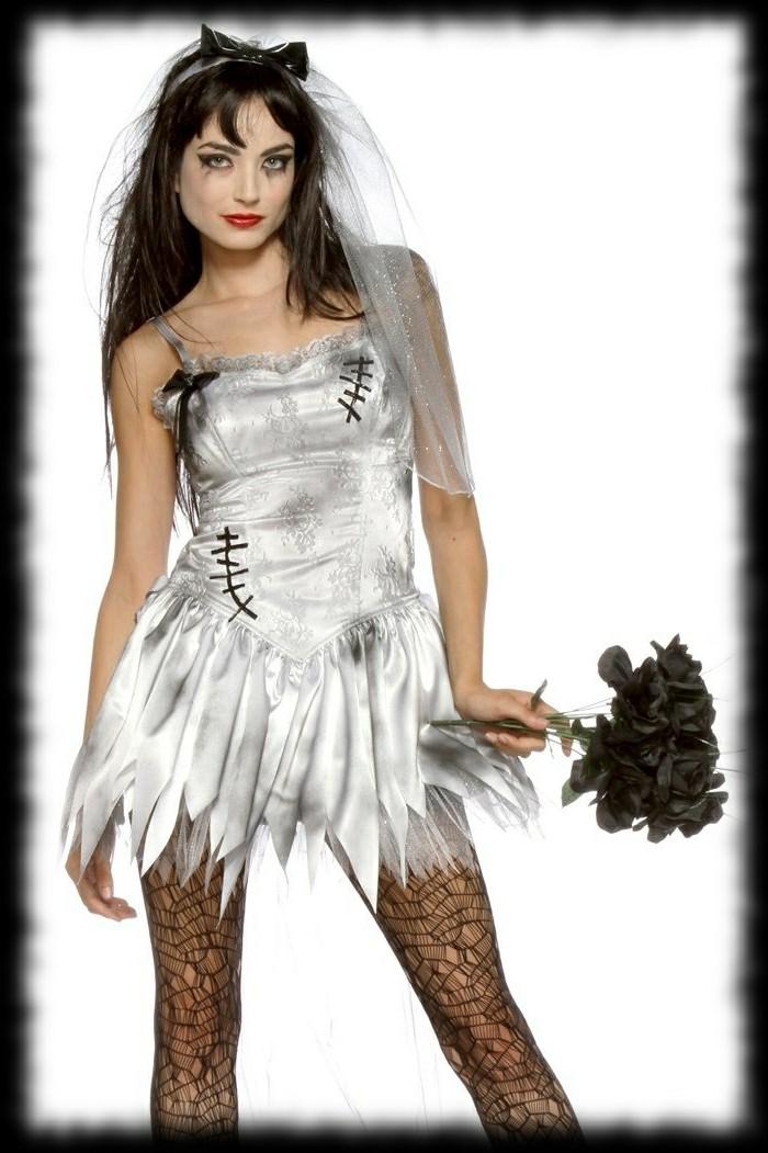 Travestimenti Halloween, ragazza zombi sposa, vestito da sposa sporco, bouquet rose nere
