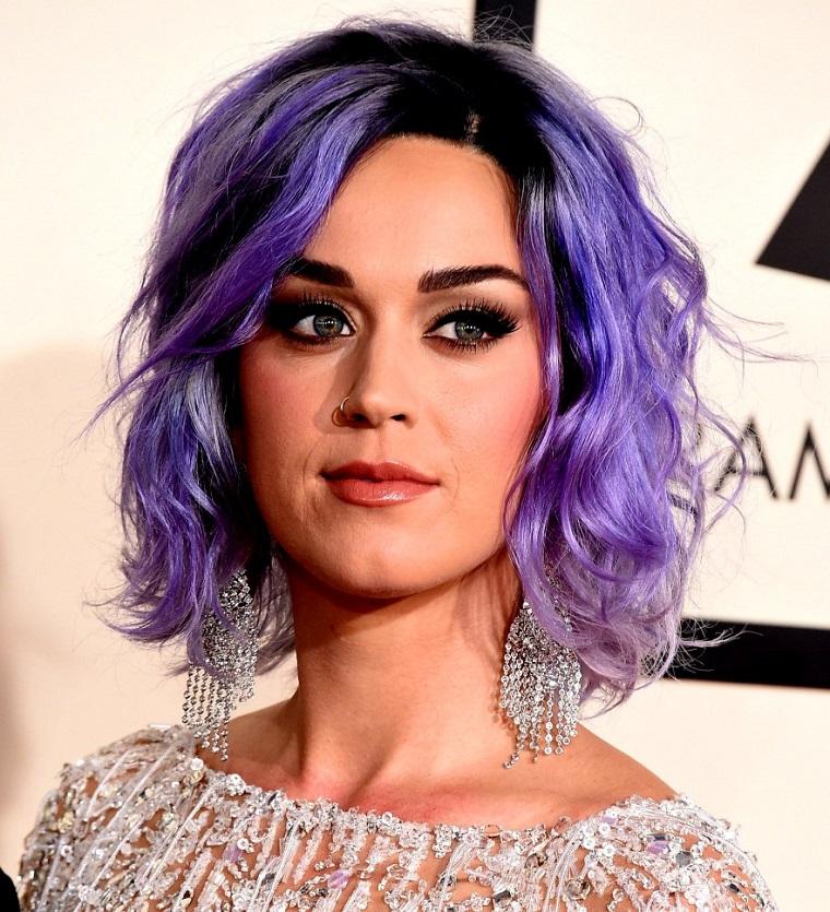 La cantante Katy Perry con capelli viola, taglio capelli caschetto