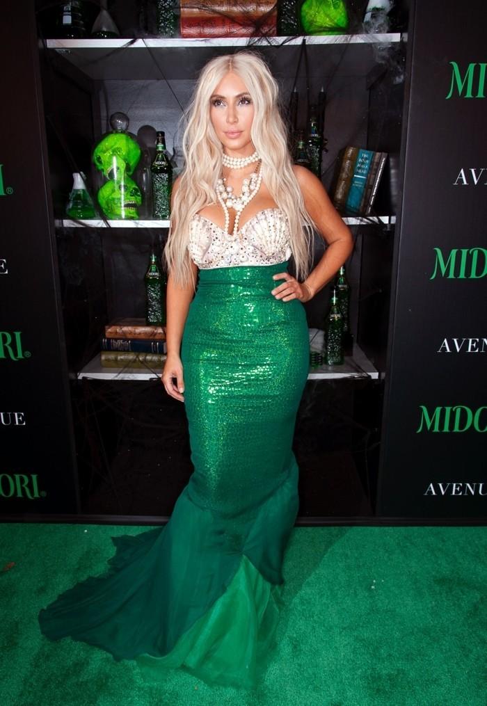 Costumi facili per halloween, Kim Kardashian come sirena, gonna di colore verde