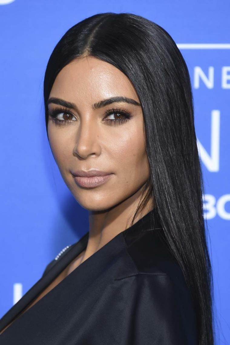 Capelli lunghi e lisci, colore capelli neri, Kim Kardashian con abito nero, tendenze colore capelli autunno inverno 2019