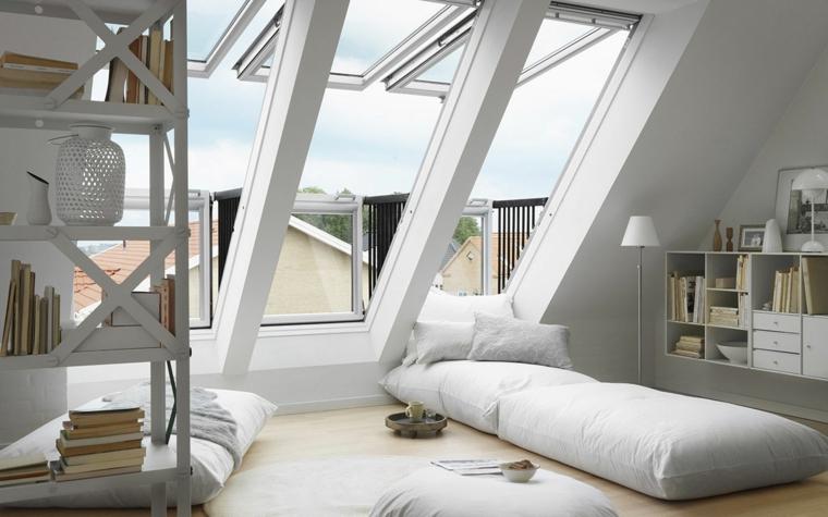 Mobili per mansarde, sottotetto con terrazzo, cuscineria per terra, mobili sospesi con libri