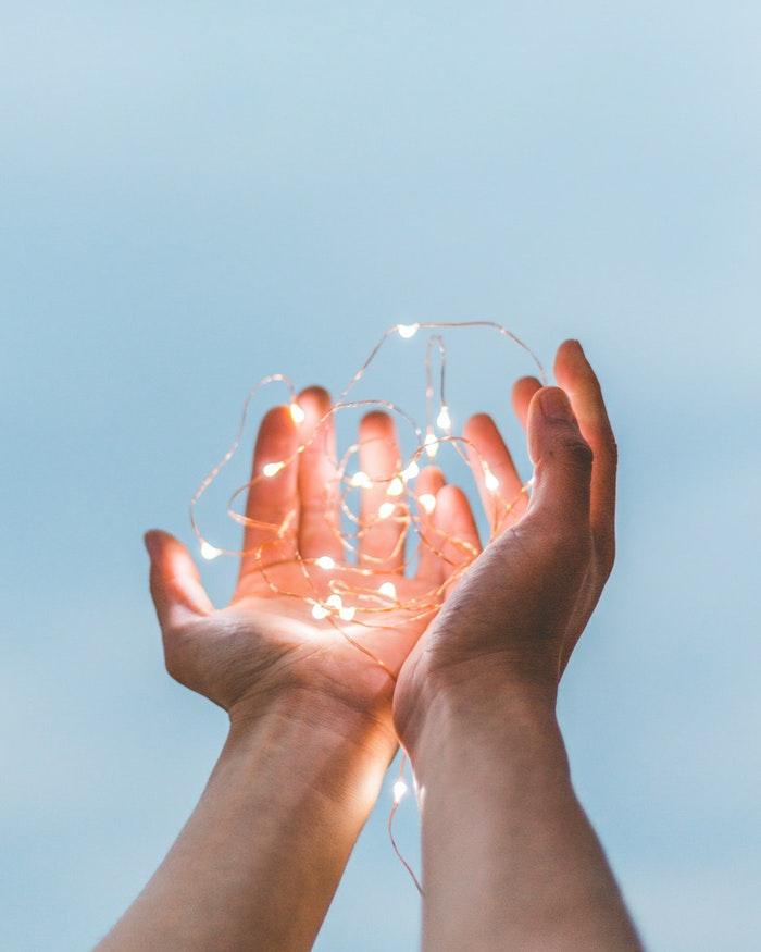 Le mani di un uomo, filo luminoso, sfondi per iphone