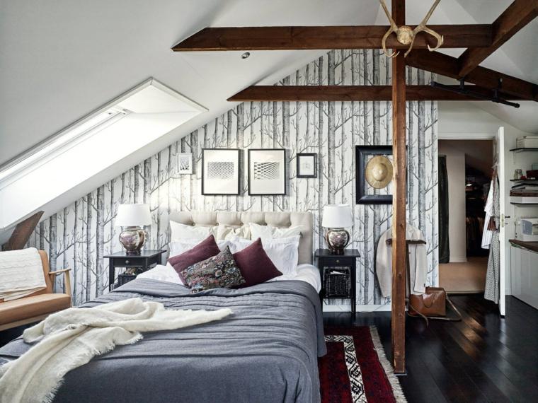 Camera da letto in mansarda bassa, letto con testata, travi di legno