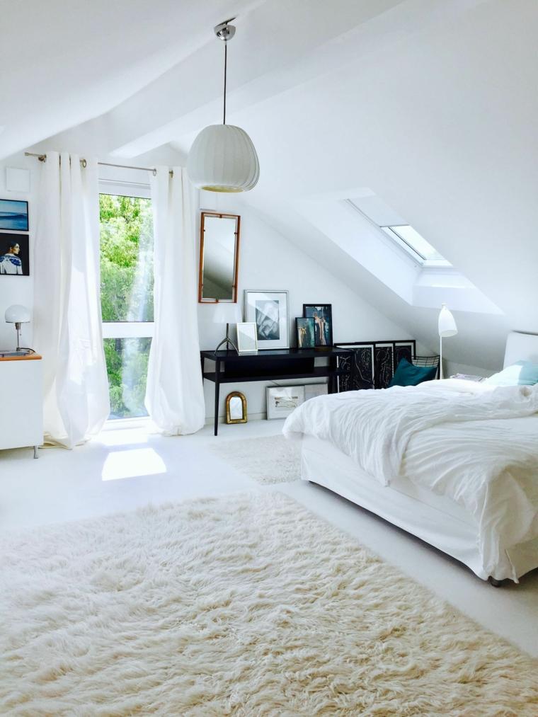Camera da letto in mansarda bassa, soffitto in pendenza, finestra con tende bianche