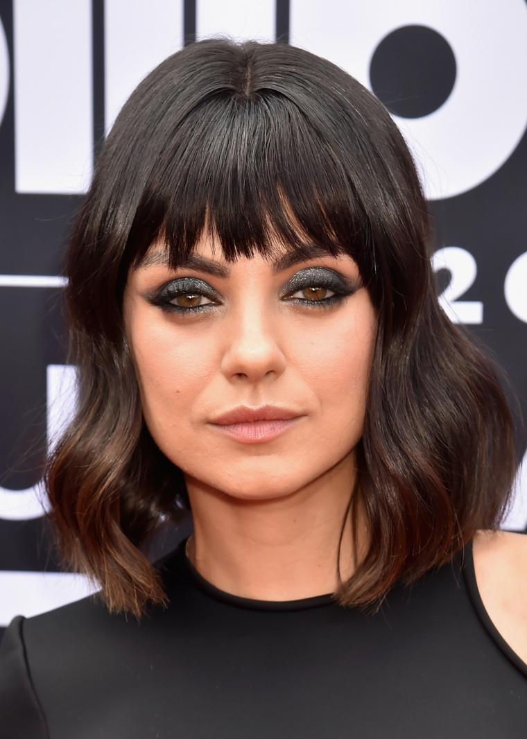 Tinta capelli, taglio a caschetto con frangia, Mila Kunis con i capelli castani
